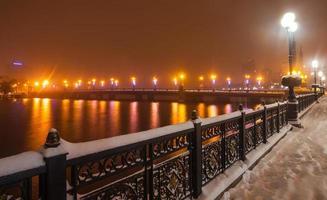 flodpromenad i Donetsk stad på en vinter.