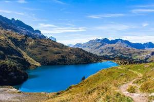 Flygfoto över engstlensee sjön och Alperna