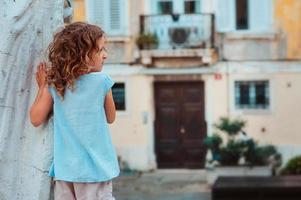 Ourist barnflicka går på gatorna i Piran, Slovenien