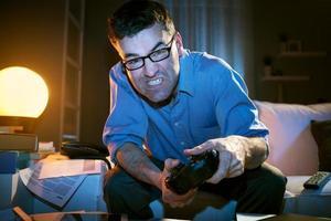 spelar videospel sent på kvällen foto
