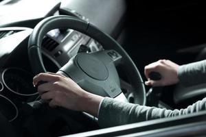 kvinna som kör händer närbild foto