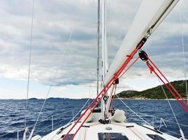 resa på båt i Adriatiska havet över regniga moln foto
