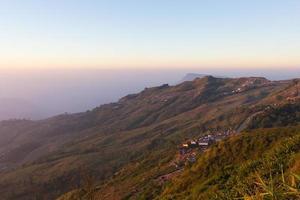 soluppgång och den slingrande vägen uppför berget foto