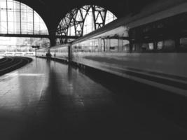 tågstationen, tågen och plattformen foto