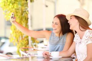 turistvänner som tar ett selfiefoto med smartphone