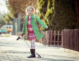 flickan går i skolan foto
