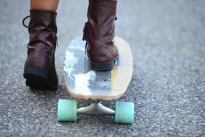 närbild fötter på skateboard