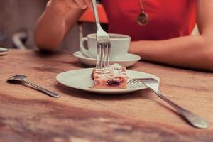 kvinna som har kaffe och tårta foto