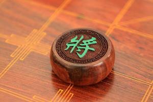 schackmän i kinesisk schackporslin i träskivbrädan