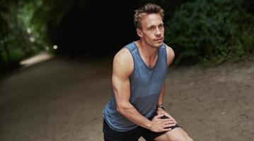 atletisk man värmer upp innan hans träning eller jogga