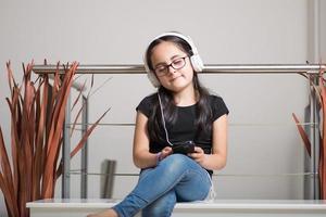 söt tjej med glasögon som lyssnar på musik