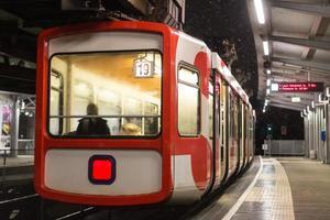 schwebebahn tåg wuppertal Tyskland på en vinterkväll