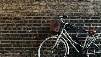 cykel lutad på väggen