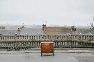 brun trä byrå på taket