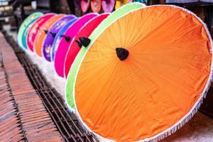paraplyer gjorda av färgglada tyger