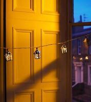 juldekoration. färgglatt fönster i staden under vintern. foto
