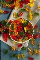 färgglada fruktiga gummy godisar foto