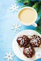 profiteroles med chokladisbildning och färgat pulver och kaffe foto
