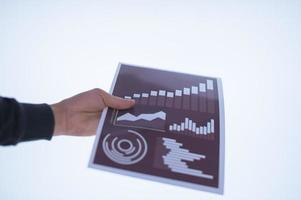 hand som håller ett dokument foto