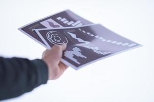 hand som håller dokument foto