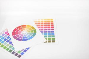 färgtester placerade på vit bakgrund foto