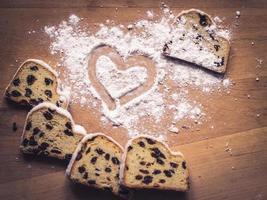 stollen kaka och socker pulver hjärta foto