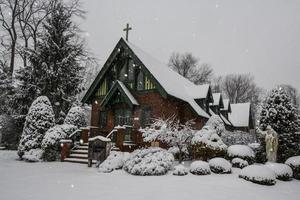 snöigt kapell foto