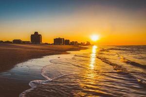 soluppgång över Atlanten vid Ventnor Beach, New Jersey. foto