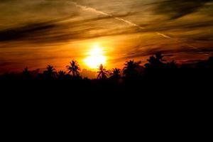 solstrålar som passerar genom moln foto