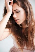 den vackra flickan med huvudvärk foto