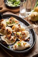 dumplings med kött, lök och bacon. foto