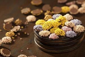 färgglada chokladdrageer foto