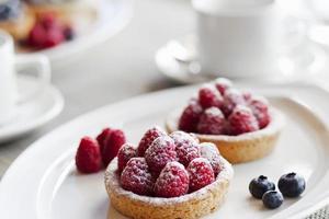 tårta för ny frukt paj med hallon på en tallrik foto