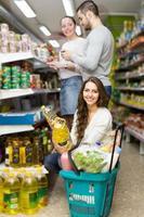 kunder som väljer fröolja i butiken foto