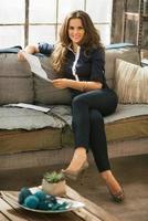 glad ung kvinna läser brev i loft lägenhet foto