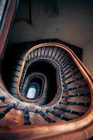 mycket gammal spiraltrappa foto