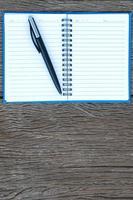 bläckpenna på en tom sida i en anteckningsbok