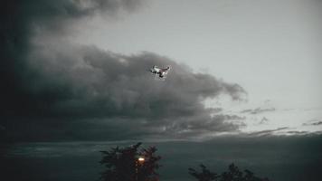 drönare som flyger över träd