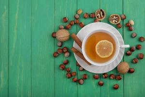matfotografering platt låg av en kopp te och nötter på träbakgrund