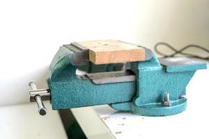 blå bänkklämma på ett arbetsbord foto