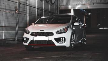 kia i ett garage foto