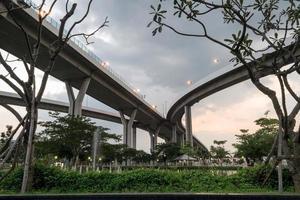 bro upplyst av ljus i skymningen foto