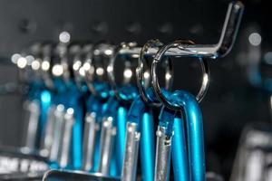 ringar av rostfritt stål som håller blå låsmekanismer foto
