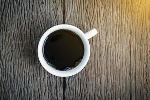 ovanifrån av kaffe på träbakgrund foto