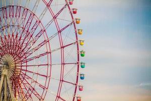 tokyo, japan, 2020 - regnbågsfärgat pariserhjul foto