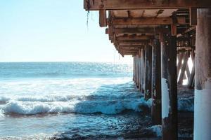 undersidan av strandpromenaden och vågorna