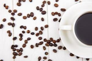 matfotografering platt låg av en kopp kaffe och kaffebönor