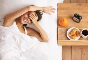ung vacker kvinna som ligger i sängen foto