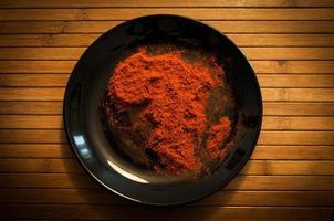 krydda på svart tallrik