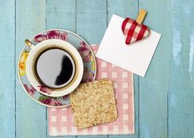 färskt turkiskt kaffe och risgalette med en anteckning foto
